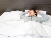 Grandmom som sover i sängen Arkivbild