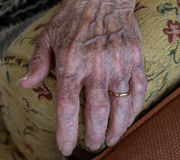 Grandmother& x27; s手 免版税库存图片