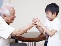 Grandpa και εγγονός στοκ φωτογραφία