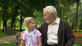 Grandpa говоря внуку интересные вещи, делящ знание и опыт видеоматериал