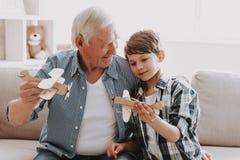 Grandpa и внук портрета играя с игрушками стоковое фото rf