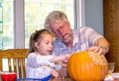 Grandpa слушает по мере того как его внучка описывает ее зрение для поднимает сторону домкратом фонарика o стоковые изображения rf