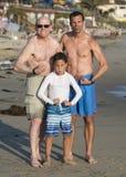 Grandpa, сын, и внук изгибая их мышцы на пляже Венеции Стоковые Изображения RF