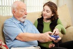 Grandpa adolescente das ajudas Imagens de Stock