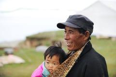 Grandpa e bebê tibetanos Imagem de Stock