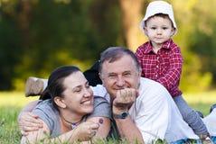 Grandpa, hija y sobrina en hierba imagen de archivo libre de regalías