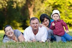Grandpa, hijas y sobrina en hierba fotografía de archivo