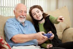 Grandpa teenager di guide con il video gioco Fotografie Stock Libere da Diritti