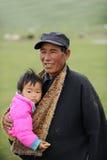 Grandpa y bebé tibetanos imagen de archivo libre de regalías