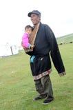 Grandpa y bebé tibetanos imagenes de archivo