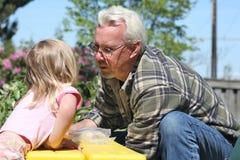 Grandpa y nieta fotografía de archivo libre de regalías