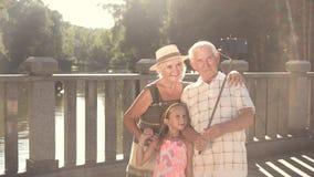 Grandparenrts με την εγγονή που παίρνει selfie απόθεμα βίντεο
