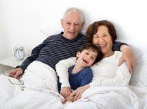 grandparents внучат кровати Стоковая Фотография