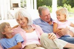grandparents внучат ослабляя совместно стоковая фотография