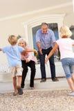 grandparents внучат посещают приветствовать стоковое изображение