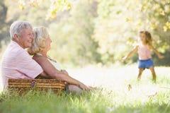 Grandparents em um piquenique com rapariga Foto de Stock Royalty Free