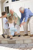 Grandparents que dão boas-vindas a netos Imagens de Stock