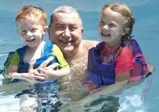 Grandpop e as crianças grandes fotos de stock royalty free