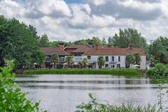 Grands étang et hôtel de Frensham dans Surrey Photos stock