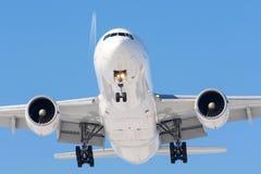 Grands avions à fuselage large avant le débarquement à l'aéroport, dans la perspective d'un autre avion au niveau de vol Photographie stock