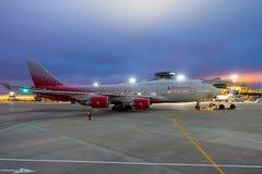 Grands avions se déplaçant à l'aéroport de Vnukovo pendant la nuit Images stock