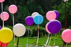 Grands ballons de différentes couleurs pour les vacances images stock