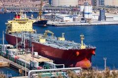 Grands bateaux-citerne déchargeant le pétrole brut image libre de droits