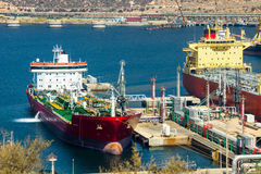 Grands bateaux-citerne déchargeant le pétrole brut photos stock