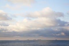 Grands bateaux sur la Mer du Nord outre de la côte néerlandaise photographie stock libre de droits