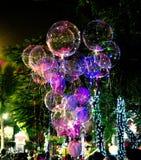 Grands beaux ballons de gel, lumières peintes et ampoules C la nuit Photo libre de droits