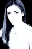 Grands beaux yeux dans des sons bleus sur le noir photographie stock libre de droits