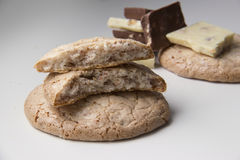 Grands biscuits et morceaux ronds de lait et de chocolat blanc Photographie stock
