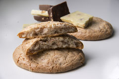 Grands biscuits et morceaux ronds de lait et de chocolat blanc Image stock