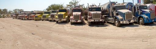 Grands camions-citernes aspirateurs de gaz combustible garés sur la route Photographie stock