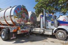 Grands camions-citernes aspirateurs de gaz combustible garés sur la route Photos stock
