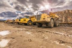 Grands camions dans une mine d'exploitation à ciel ouvert image libre de droits