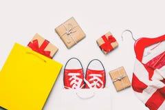Grands chaussures en caoutchouc rouges dans le panier frais Images libres de droits