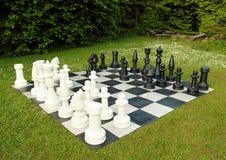 Grands échecs extérieurs dans la pelouse verte Photo stock