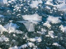 Grands cristaux sur la glace du lac Baïkal photographie stock