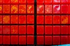 Grands cubes en plastique rouges empilés dans l'ordre Rouge lumineux photos libres de droits