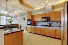 Grands cuisine en bois moderne avec le salon et à haut plafond. Photographie stock libre de droits