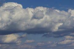Grands cumulus blancs dans le ciel bleu images stock