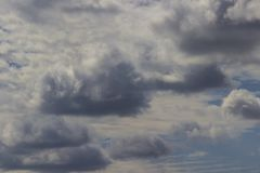 Grands cumulus foncés dans le ciel bleu photo stock
