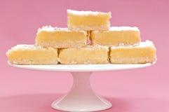Grands dos de citron sur un stand de gâteau blanc Image libre de droits