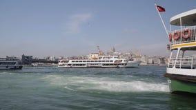 Grands ferrys-boat transportant des personnes à l'attraction touristique, voyage vers Istanbul banque de vidéos