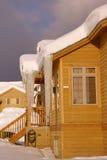 Grands glaçons sur des maisons urbaines après tempête de neige lourde Images stock