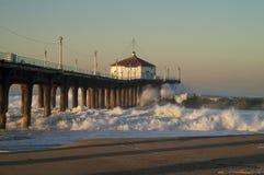 Grands grand pilier de Manhattan Beach de vague déferlante de mercredi 2007 Photographie stock libre de droits