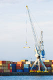 Grands grue et conteneurs de cargaison au port maritime Photos stock