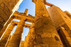 Grands Hall et nuages hypostyles aux temples de Karnak Luxor, Egypte photo stock