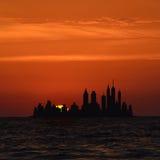 Grands horizons de ville d'île au lever de soleil images libres de droits